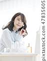 화장을하는 젊은 여성 47835605