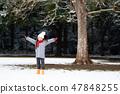 มีหญิงสาวกำลังเล่นในสวนหิมะ 47848255