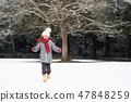 눈 내린 공원에서 노는 여자 47848259