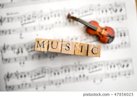 微型小提琴和得分 47856025
