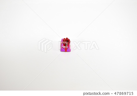 예쁘게 포장된 선물상자 47869715