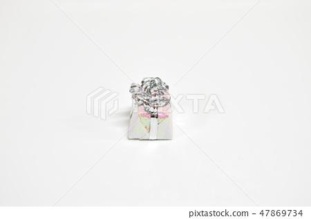 예쁘게 포장된 선물상자 47869734