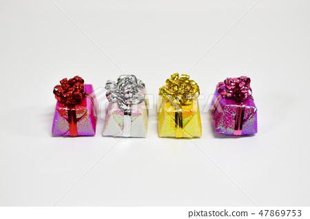 예쁘게 포장된 선물상자 47869753