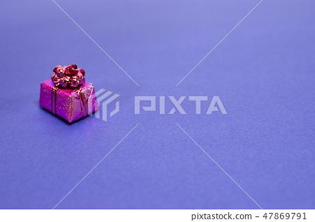 예쁘게 포장된 선물상자 47869791