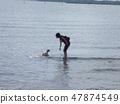 강아지와 노는 바다 47874549