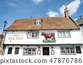 영국 교외의 赤牛의 마크가 붙어있는 흰 벽의 역사적인 레스토랑 47876786