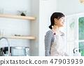 ผู้หญิงกำลังเตรียมอาหารครัวครัว 47903939