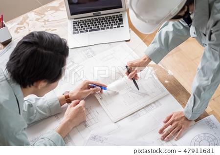 대형 건설사의 현장 사무소에서 도면 꼽아을 확인하고 마무리 지시를하는 설계 사무소의 일급 건축사 공사 감리자 47911681