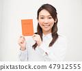 婦女的手與養老金筆記本 47912555