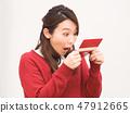 一個女人驚訝地看到一本銀行存摺 47912665
