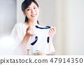 아이의 체육복을 준비하는 어머니 47914350