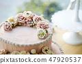 粉紅色的花裝飾蛋糕 47920537