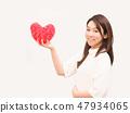 有紅色心臟的一名婦女 47934065