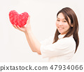 有紅色心臟的一名婦女 47934066