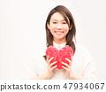 有紅色心臟的一名婦女 47934067