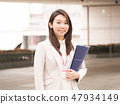 有一個藍色文件的女實業家 47934149