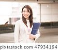 有一個藍色文件的女實業家 47934194