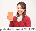 婦女的手與養老金筆記本 47934195