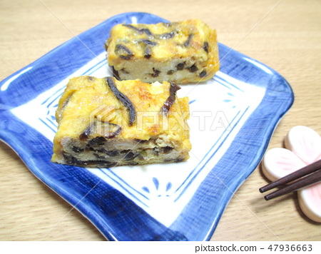A thick-baked egg with a tatami dish made of kombu at home 47936663
