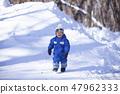 孩子們在雪地裡玩 47962333