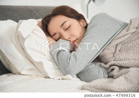 睡在床上的女人 47999316