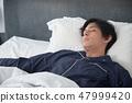 침대에서 자고있는 남자 47999420