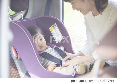 母親坐在兒童座椅上的孩子 48011794