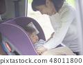 母親坐在兒童座椅上的孩子 48011800