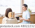 使用平板電腦解釋為牙醫的女性 48022232