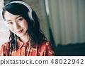用耳机听音乐红色一件女人 48022942