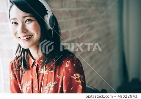 用耳机听音乐红色一件女人 48022943