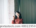 用耳機聽音樂紅色一件女人 48022950