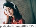 用耳机听音乐红色一件女人 48022953