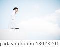 在站立在屋頂的白色外套的男性 48023201