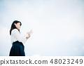白色襯衣的一名婦女讀書的站立在屋頂 48023249