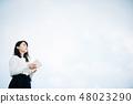 白色襯衣的一名婦女讀書的在屋頂 48023290