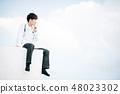 在站立在屋頂的白色外套的男性 48023302