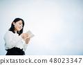 一件白色襯衣的一名婦女讀書的在屋頂 48023347