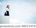 옥상에 서 흰 셔츠를 입은 여성 48023459