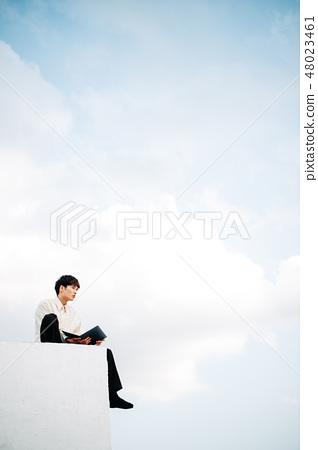 옥상에 앉아 노트북을 열 남성 48023461