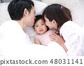 잠자리에 들기 젊은 가족 48031141