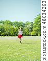跑在草甸的小學女孩 48034293