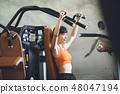 체육관에서 훈련을하는 젊은 여성 48047194