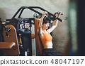 一名年輕女子在健身房訓練 48047197