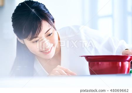 요리를하는 여자 48069662