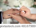 新娘婚礼新郎,交换新娘戒指 48107989