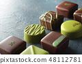 다양한 모양의 녹색 초콜릿 48112781