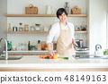 부엌에서 요리하는 남자 48149163
