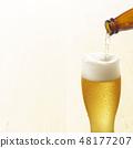 Beer- 유리에 병 맥주를 부어 48177207