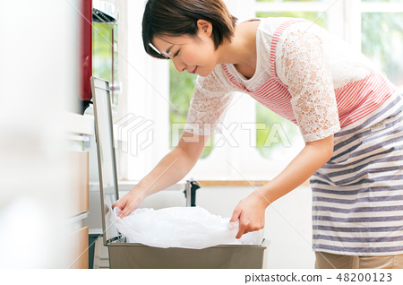 Trash bin sack housewife 48200123